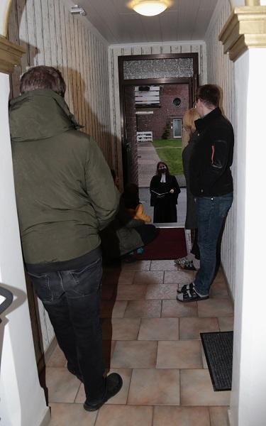 Pfarrerin Katja Hornfeck spricht den Segen an der Haustür